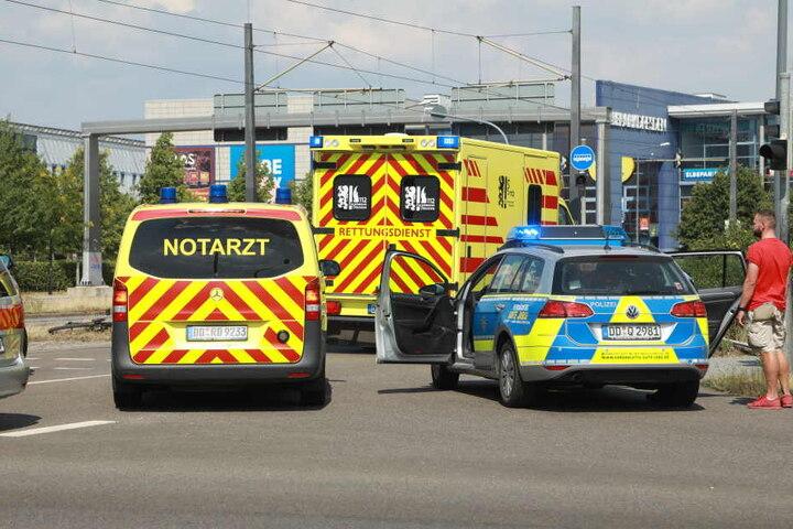 Rettungskräfte vor Ort, die Polizei ermittelt zur Unfallursache.