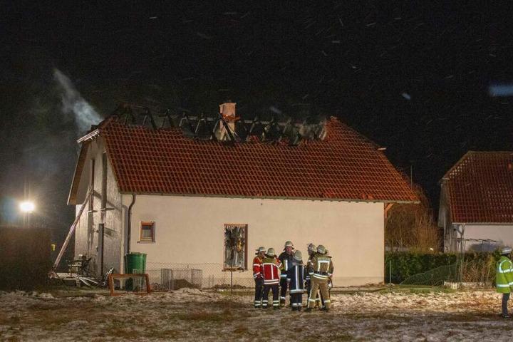 Das Obergeschoss und das Dach des Hauses in Deining brannten komplett aus.
