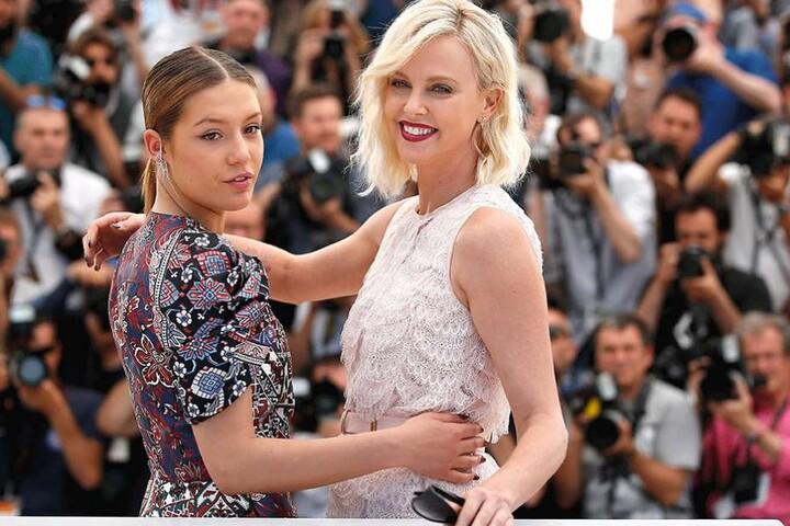 Carlize Theron (re.) und die französische Schauspielerin Adele Exarchopoulos beim Filmfestival in Cannes.