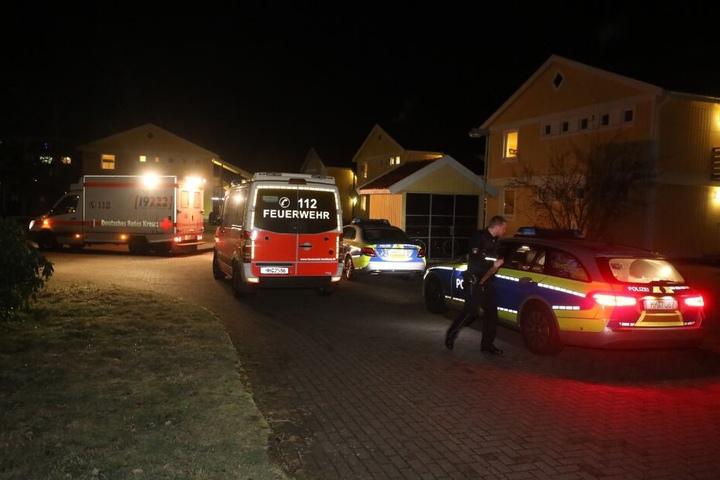 Einsatzkräfte eilen zu der Flüchtlingsunterkunft in Rissen.