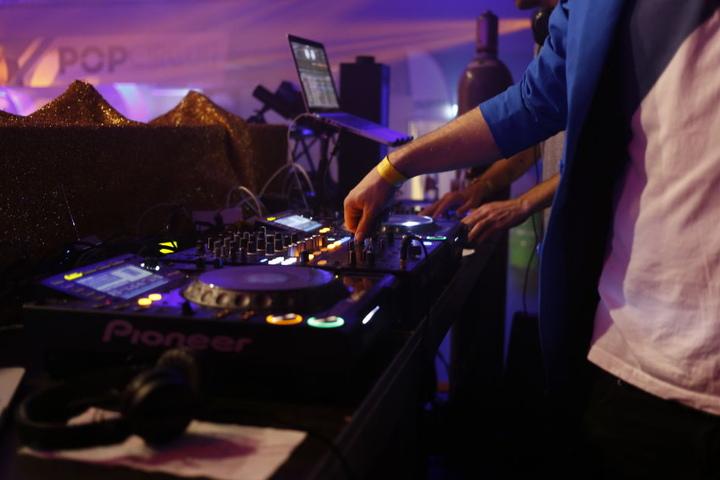 Mehrere männliche und weibliche DJs versorgen Eure Ohren mit besten Klängen und wollen Eure Hüften schwingen sehen.