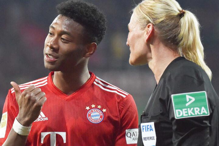 David Alaba (l.) vom FC Bayern München im Gespräch mit Schiedsrichterin Bibiana Steinhaus (r.).