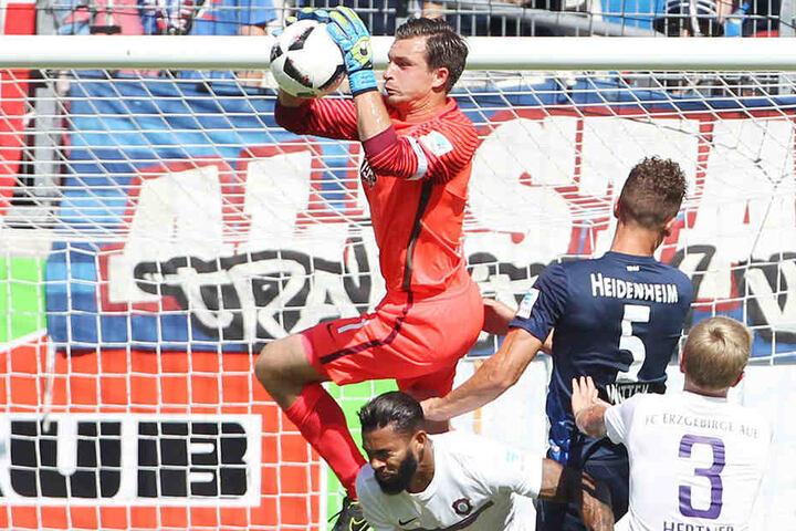 Martin Männel fängt den Ball im Hinspiel. Dennoch setzte es eine 0:1-Niederlage.
