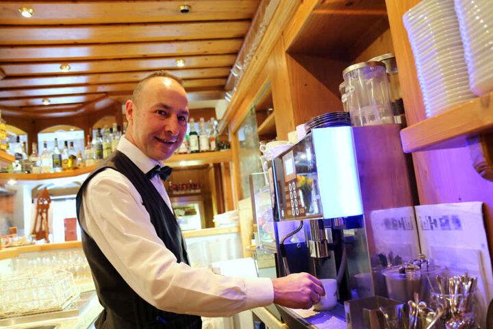 Pedro Guerreiro bereitet im Hotel Schwanefeld in Meerane einen Kaffee zu. Der Portugiese gehört seit eineinhalb Jahren zum internationalen Teams des Vier-Sterne-Hauses.
