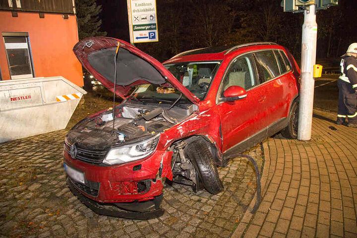 Der VW wurde bei dem Unfall vollkommen demoliert.