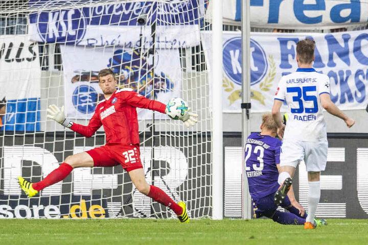 Da war die Welt noch in Ordnung: Sören Bertram schießt in der Relegation das 3:1 gegen den KSC, rettet Aue. Jetzt läuft er den (eigenen) Ansprüchen hinterher.