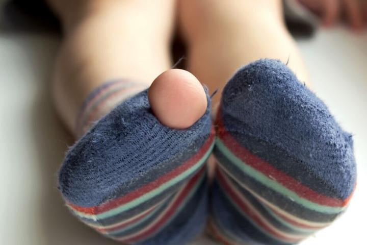 Der Neunjährige war nur in klatschnassen und durchlöcherten Socken unterwegs. (Symbolbild)
