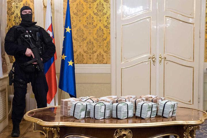 Gebündelte Geldscheine liegen während der Pressekonferenz im Zusammenhang mit dem ermordeten Investigativ-Journalisten Jan Kuciak auf einem Tisch. Innenminister Robert Kalinak ließ eine Belohnung von einer Million Euro für Hinweise auf den oder die Täter