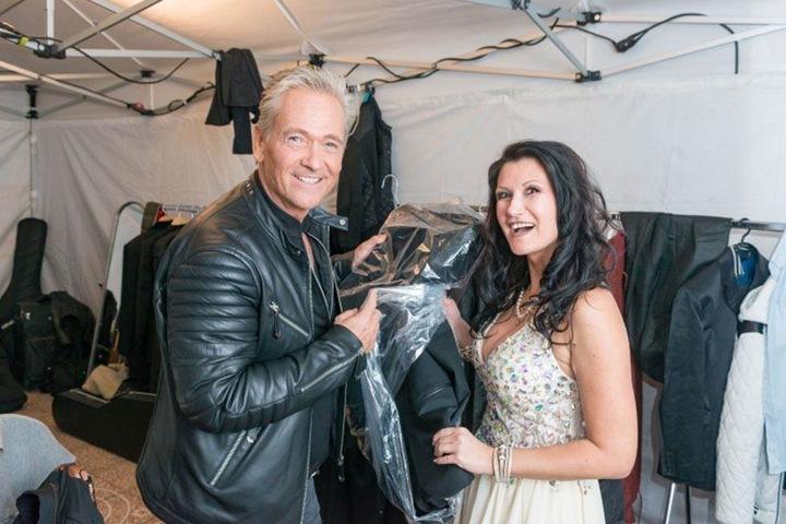 """Olaf Berger (54) und Antonia aus Tirol (37) in der Garderoben. Sie sangen ihren gemeinsamen Hit """"Was wäre, wenn wir Single wär'n""""."""