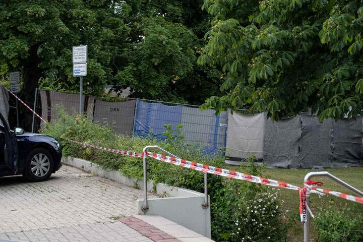 Vor dem Tatort wurde ein Sichtschutz aufgebaut.