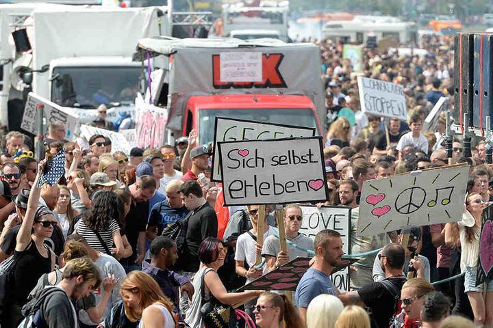 """Junge Menschen beteiligen sich an der politischen Demonstration unter dem Motto """"Zug der Liebe""""."""