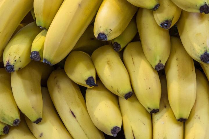 Der Mitarbeiter des Supermarktes machte seinen Fund beim Entpacken von Bananen. (Symbolbild)