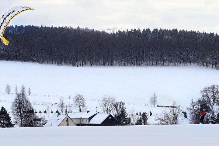 Kitesurfen am Adelsberg im Schnee: Peter Pestel (53) nutzt das Winterwetter sportlich.