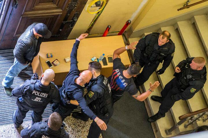 Während der Verhandlungstage im Rocker-Prozess gilt am Landgericht höchste Sicherheitsstufe, jeder wird nach Waffen durchsucht.