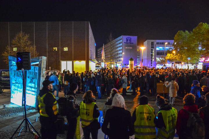 An der Gegendemonstration nahmen etwas weniger Menschen teil.