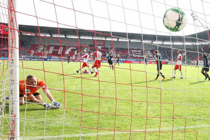 Doppeltorschütze Julius Reinhardt hat soeben zum 3:0 für Chemnitz getroffen. Halles Keeper Tom Müller ist geschlagen.