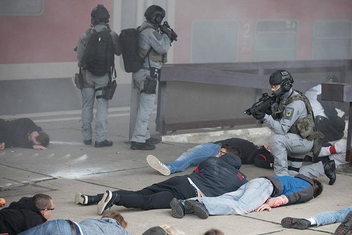 Die Einsatzkräfte wurden mit Anschlagsszenario konfrontiert, bei dem bewaffnete Attentäter mit Schnellfeuergewehren und Explosionsmitteln Reisende, Benutzer der Bahnanlagen und Sicherheitskräfte angreifen.