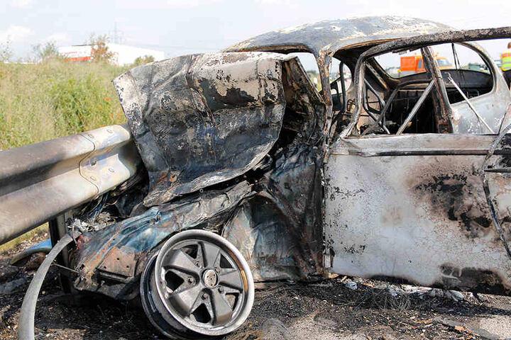 Der oldtimer brannte trotz Löscharbeiten komplett aus.