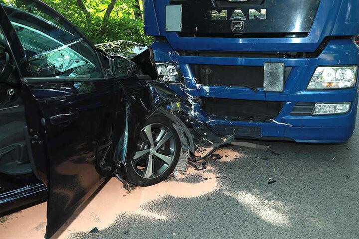 Ein Peugeot-Fahrer verlor die Kontrolle über seinen Wagen und krachte in einen Lkw.