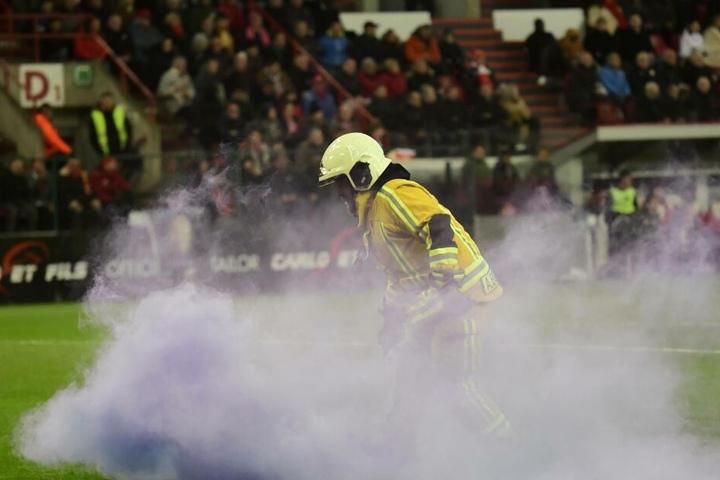 Ein Feuerwehrmann auf dem Spielfeld.