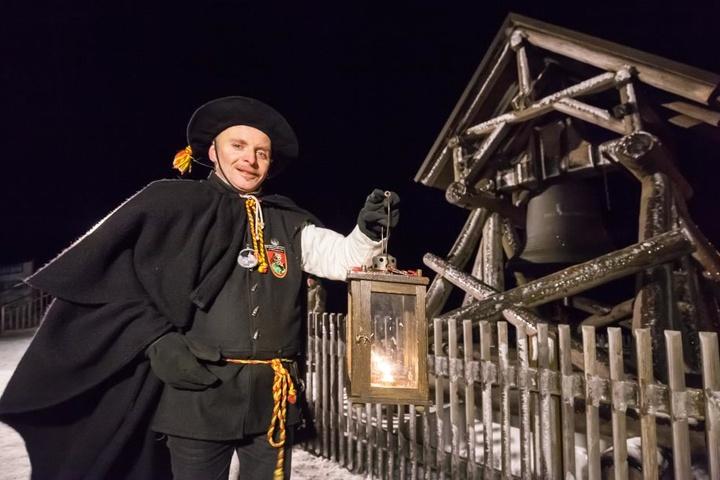 Der Schwarzenberger Türmer Gerd Schlesinger läutete die Friedensglocke auf dem Fichtelberg.