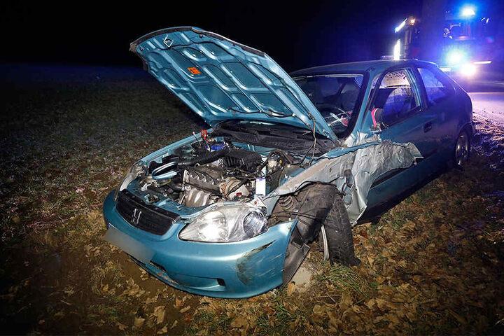 Der Honda landete mit Totalschaden auf einem Feld.