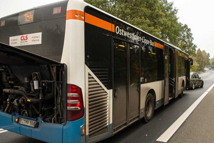 Die Fahrgäste des Busses mussten umgeladen werden. Verletzt wurde niemand.