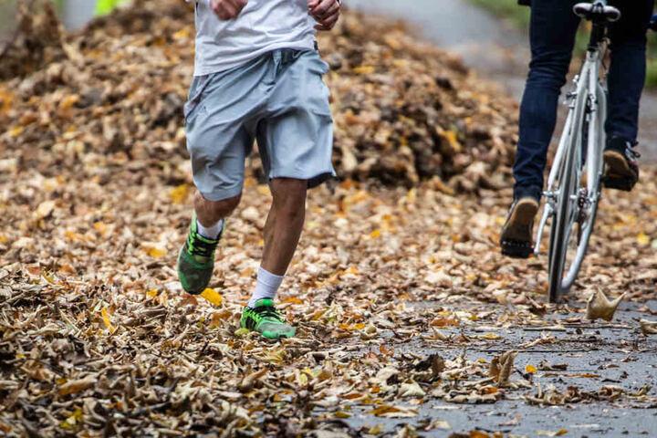 Die Hessen können sich auf Herbstwetter einstellen. (Symbolbild)