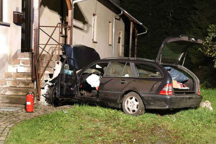 Der Mercedes krachte gegen ein Haus.