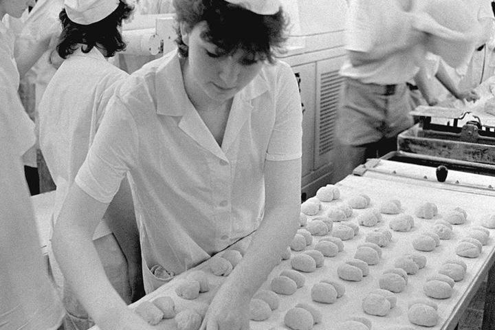 Die Azubis in der DDR formten die Brötchen noch in Handarbeit.