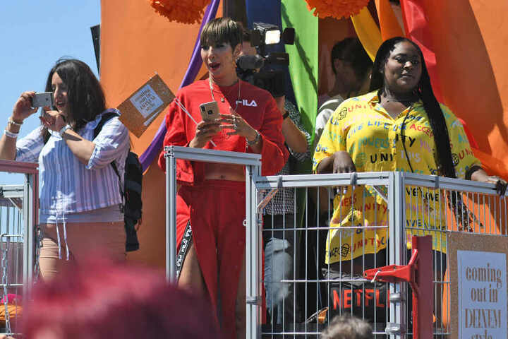 Die Serienstars Jackie Cruz (M-r) und Danielle Brooks (Orange Is the New Black) stehen bei der Christopher-Street-Day-Parade auf einem Wagen.