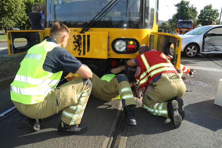 Techniker untersuchen die Straßenbahn. Anschließend wurde sie abgeschleppt.