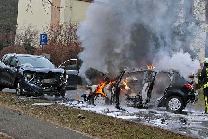Der Seat krachte in den Renault und fing dann Feuer.