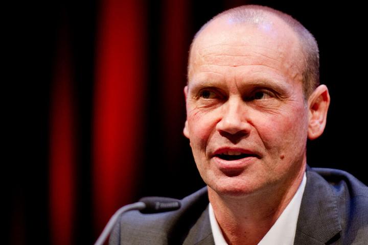 Bestseller-Autor Simon Beckett ist in Hamburg vor Ort.