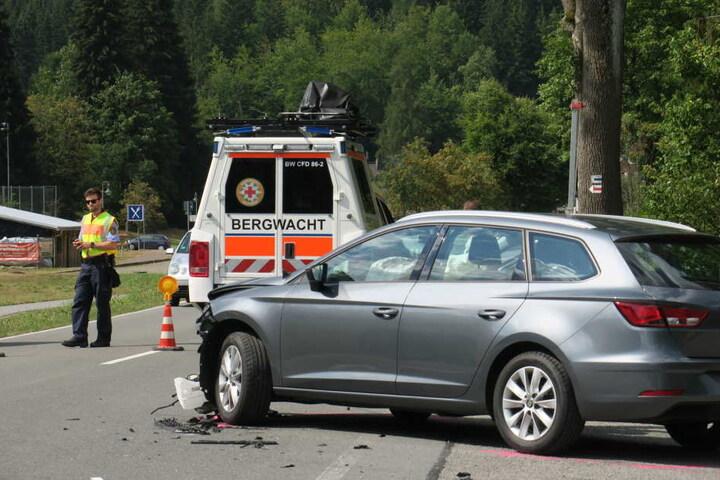 Im Einsatz war neben der Feuerwehr auch die Bergwacht. Die ganze Straße musste in beide Richtungen abgeriegelt werden.