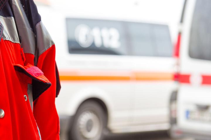 Der Rettungsdienst rückte am Unfallort an, die Insassen des Flugzeuges blieben jedoch unverletzt (Symbolbild).