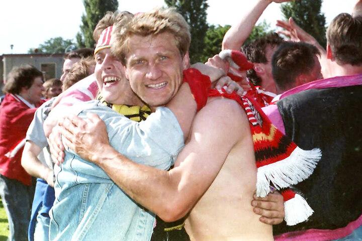 Aufstieg am 11. Juni 1994 in Brandenburg: FSV-Kapitän Ralf Wagner (r.) feiert mit den FSV-Fans.
