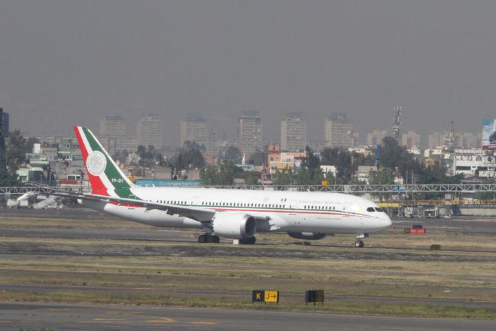 Das Präsidentenflugzeug steht auf einem Flughafen.