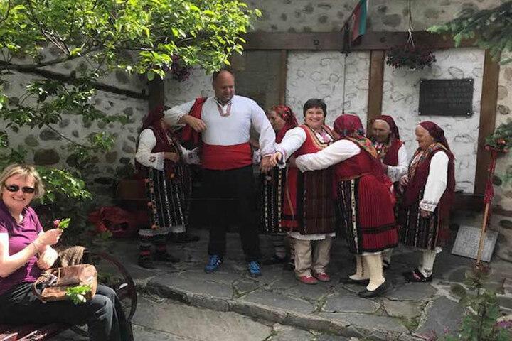 """Die alten Frauen aus dem Dorf helfen Dirk Hilbert (46) und seiner """"Braut"""" in die Hochzeitstracht."""
