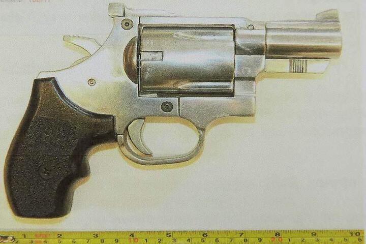 """Den Revolver """"Antifaschreck AS 125"""" bestellte der Arzt gleich im Doppelpack."""