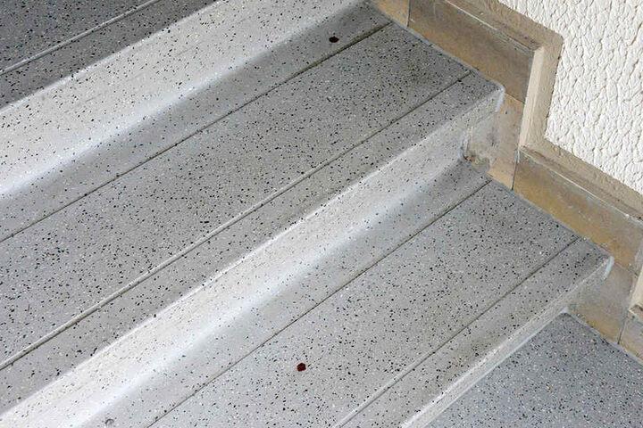 Blutspuren auf der Treppe im Treppenhaus deuten auf die Attacke hin.