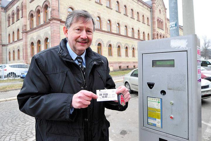 Leonhard Österle (55) aus Hof hat es geschafft. Nach mehreren Anläufen hält  er seinen Zwei-Stunden-Parkschein in der Hand.