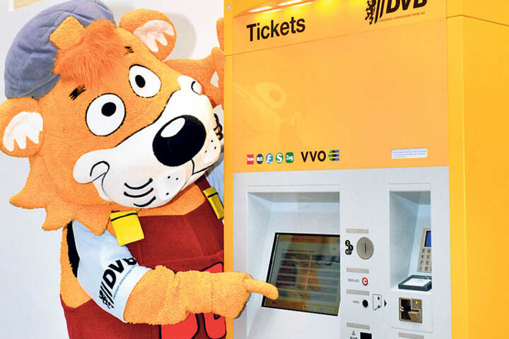 """Die Bedienelemente am """"Neuen"""" sind wesentlich tiefer angebracht und somit für  fast alle Kunden problemlos nutzbar. An den neuen Automaten kann bargeldlos, aber auch weiterhin mit Scheinen  bezahlt werden."""