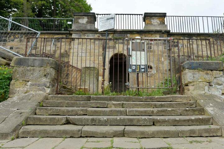Ziemlich heruntergekommen: Der Schloss-Eingang über die Elbseite.