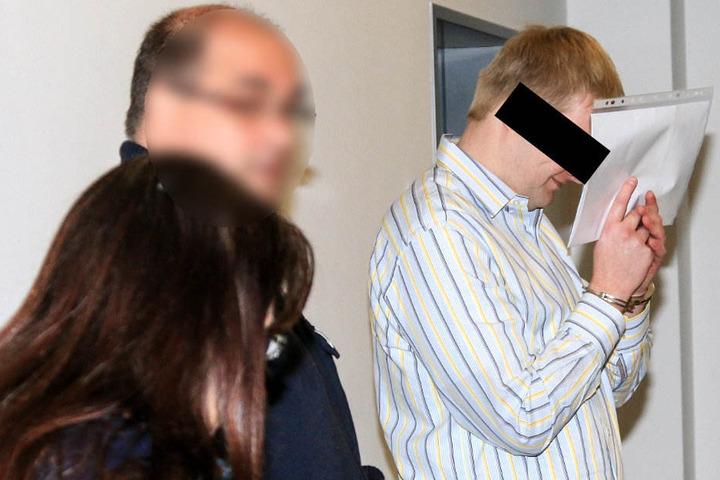 Christian L. (26) lächelt verschmitzt vor dem Prozessbeginn.