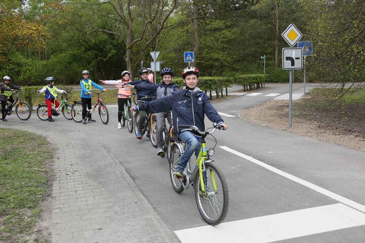 Grundschüler lernen in der dritten und vierten Klasse, wie sie sich im Straßenverkehr richtig verhalten sollen.