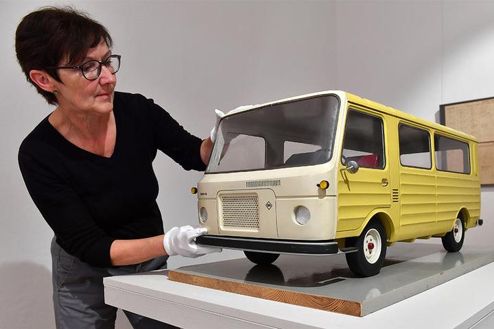 Kuratorin Doris Weilandt präsentiert den Barkas 1100. Er wurde nie gebaut.