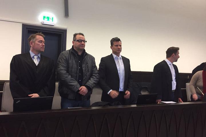 Wilfried W. (Brille) wird von Carsten Ernst (li.) und Detlev Binder (re.) verteidigt.
