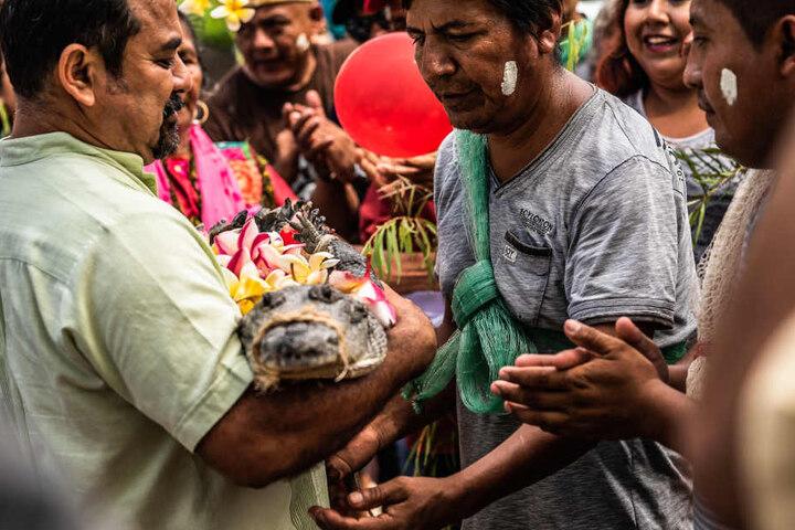 "Victor Aguilar Ricardez (l.), Bürgermeister von San Pedro Huamelula, sagte Ja zu seiner ""Krokodilbraut""."