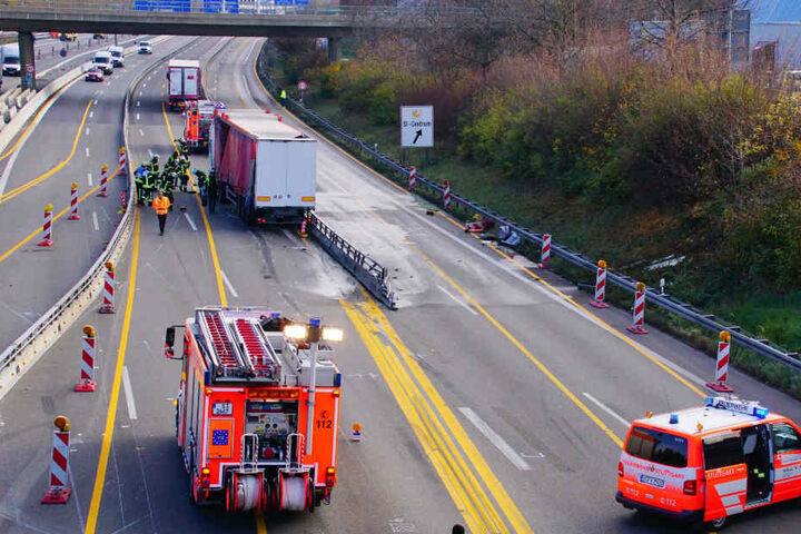 Die Autobahn muss für die Bergungsarbeiten komplett gesperrt werden.